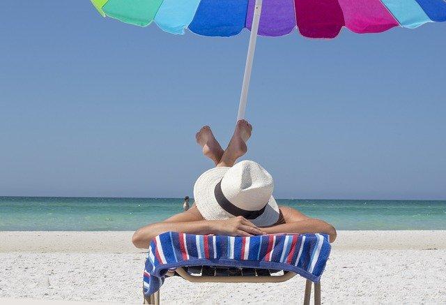 Sonnenbaden auf einer Liege am Strand