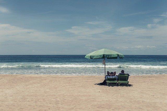 Ein Pärchen entspannt alleine am Strand